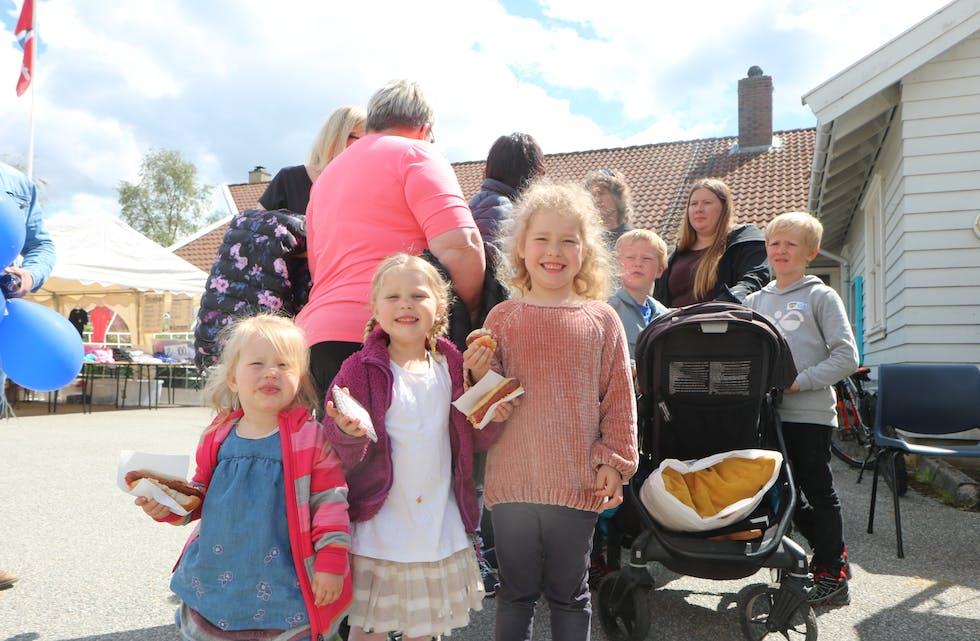 Kristin (4) og Vilde Marie (6) synst pølsene dei serverte i Straumen var kjempegode.