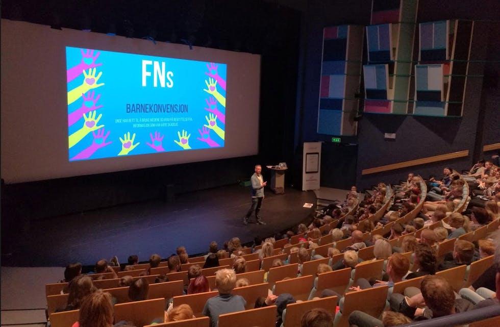 Foredragsholder var Alexis Lundh fra barnevakten.no som tok utgangspunkt i FNs Barnekonvensjon og aktualiserte den til kveldens tema. Foto: Gaute Baustad