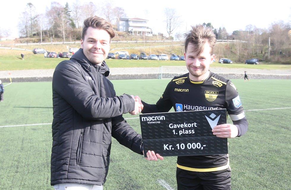 Hans-Christian Gustafsson fra Macron deler ut 10.000 kroner til Skjold ved kaptein Sander Hettervik.