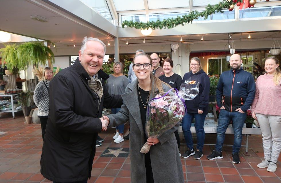 De ansatte i Aksdal senter er svært glade for at det kommer pol. Her får senterleder Elisabeth Førland blomster og gratulasjon av ordfører Sigmund Lier.  Foto: Mona Terjesen