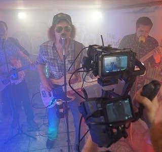 «Kvednabekkjers» og Kjetil Østebøvik sereverer musikkvideoen «Klogger». Foto: Øystein Simonsen