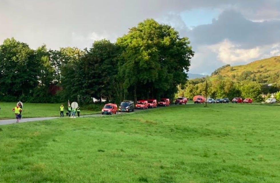 Det er blitt et vanklig syn i Hersdalen. Aksjonister foran, arbeidere bak. I dag var markeringen en støtte til de som aksjonerer på Haramsøy. Foto: Motvind Sørvest