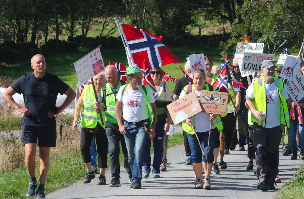 Det var mange som ville markere sin motstand i det flotte været. Foto: Arild Vargervik