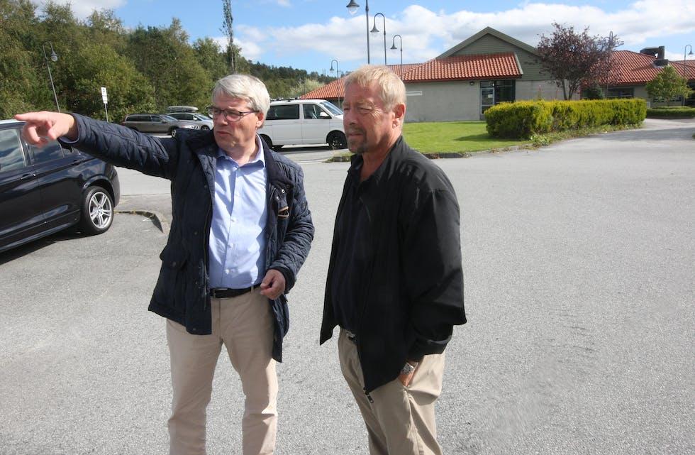 Rolf. L Sjursen og Thor Jostein Jakobsen har vore mange gonger på tomta til Albatross-bygget i Aksdal. Nå tør dei love at dei to «blokkene» kjem, og er starten på utviklinga av Aksdal sentrum. Foto: Alf-Einar Kvalavåg