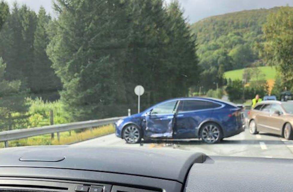 Ulykken har skjedd ikke langt fra Aksdal, ved avkjørselen like vest for sentrum. Foto: Mette-Kristin Eimhjellen Meland