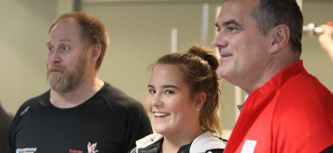 Tine Pedersen sammen med trener Dag Rønnevik og presidenten i forbundet Stian Grimseth.