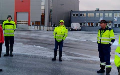 Aksjonsleiar Ove Stumo nummer to frå høgre i samtale med NVE og Solvind i Haugaland næringspark på Gismarvik.