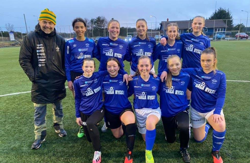Denne gjengen i blått vant 3-0 over resten av troppen i hvitt. Falkeid-damene er i gang.