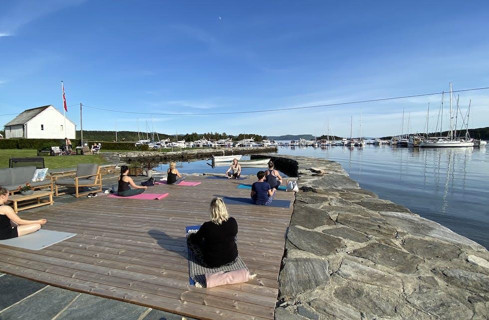 Ida Victoria Rullestad Odland held gruppetime like ved sjøkanten på Stranda på Nedstrand. Det er her «Trening ved sjøen» har funne stad dei siste åra. Foto: Tore Ramstad Urke