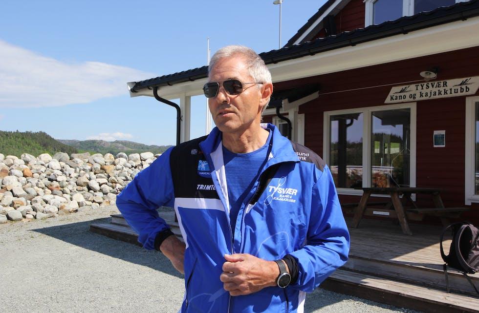 Bjørn Fjeldheim fortel ivrig om den nye Tufteparken som snart blir å sjå ved kajakklubben sitt anlegg i Tysværvåg.  Foto: Mona Terjesen