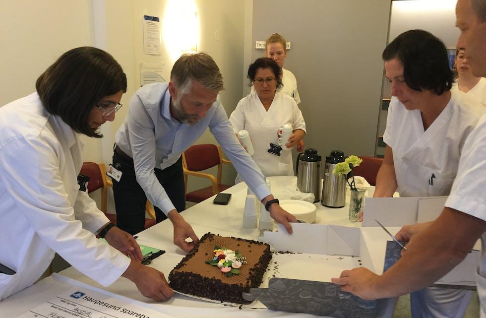 Det ble feiret med kake, da LHL overrekte pengegavene ved Haugesund sjukehus. Foto: LHL