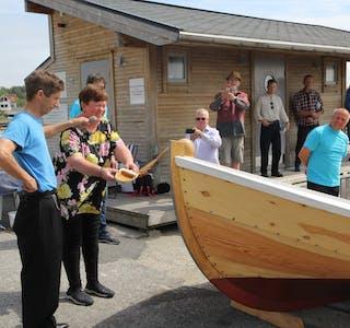 «Sivert» blei døypt i båthamna på Nedstrand laurdag ettermiddag. Nå kler kystlaget seg til å bruke den spesielle båten.  Foto: Ingvild R. Myklebust