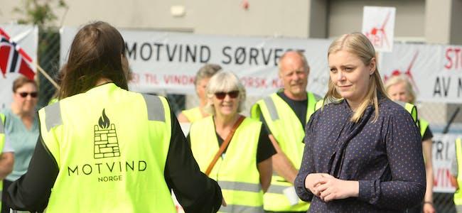 Hildegunn Flengstad i den nystifta Motvind Tysvær tok i mot statsråd Tina Bru i næringsparken. Foto: Alf-Einar Kvalavåg