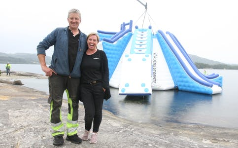 Kenneth Jensen og Veronika Digernes gleder seg til at folk kan ta i bruk den nye badetårnet. Temperaturen under sjøsettingen i lett regnvær var 20 grader på land og vel 16 grader i sjøen. Foto: Alf-Einar Kvalavåg