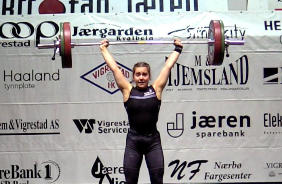Her har Tine Pedersen 95 kilo over hodet og setter ny norsk rekord for ungdommer både i støt og sammenlagt. Hun er norsk juniormester til tross for at hun fortsatt bare er ungdom. Foto: Arrangøren sin livesending