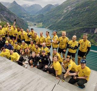 Her er hele laget og serviceteam samlet med utsikt til Geiranger.  Foto: Privat