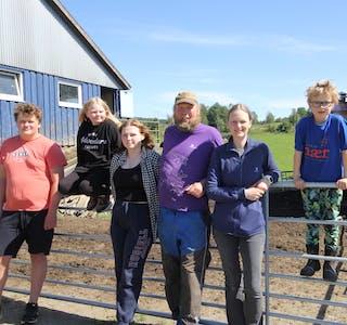 Heile familien bidrar på garden. Barna er med i stellet av dyra, og har også namngitt fleire av kyrne. Jonas (17), Rakel (10), Selia (15) og Hogne (7), Jostein og Brita Cecilie.  Foto: Ingvild R. Myklebust
