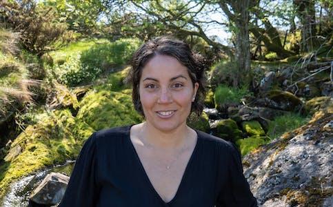 Naomi Wessel bur i Haugesund, men er engasjert i alt som skjer i sin del av fylket. Ho meiner det er forkasteleg korleis Borgøy-folket blir behandla av fylket i skyss-saka.  Foto: Rødt