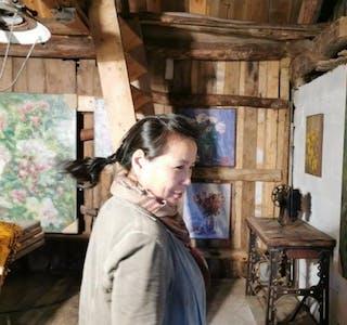 Kinesiske Feng Xian lin er betatt av den norsk floraen og viser arbeidene sine i Per Gunnar Hetterviks «Kunstløå» på Borgøy fram til 2. august.