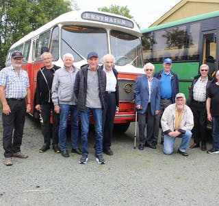 Politikerne Hadia Tajik og Tove Elise Madland fikk god kontakt med Daniel Gaupås som forsikret at han stortrives med arbeidet på Vepro. Foto: Marit Tvedt