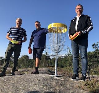 Initiativtakarane Rune Baustad, John Inge Ulvøy og Eivind Tore Langelandsvik gler seg til publikum kan ta i bruk frisbeegolfbana i Skjoldastraumen.