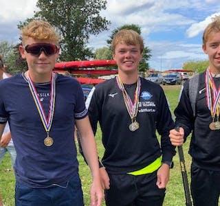 Kjerand Helgesen (f.v.), Mikal Totland og Emil Fjeldheim, fikk med seg en skikkelig medaljefangst fra EM i Sverige. Foto: privat