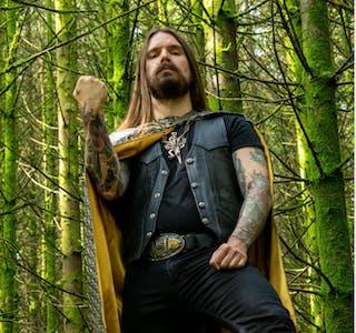 """I dag slipper tidligere Kvelertak-vokalist, tekstforfatter og medgrunnlegger Erlend Hjelviks soloband HJELVIK en ny singel og musikkvideo for låten """"Synkverving"""""""