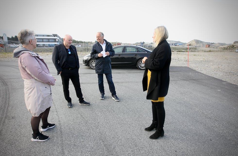 Tove Elise Madland, Are Tomasgard, Sigmund Lier og Tiril Fjeld hadde mye å snakke om den snaue timen Tomasgard var i Haugaland Næringspark. Foto: Alf-Einar Kvalavåg