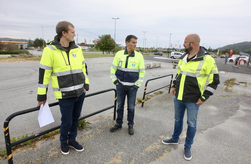 Tre nøgde karar med gule jakker og eit kart. Det er gode nyheiter frå Erlend Dale jr, John  Gunnar Vikingstad og Jan Bauge. Foto: Alf-Einar Kvalavåg