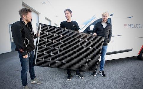 Rune Idar Frøyland, Kristoffer Apeland Stople og Morten Frøland med ein seksjon solcellepanel. Dette er framtida trur dei tre. Foto: Alf-Einar Kvalavåg