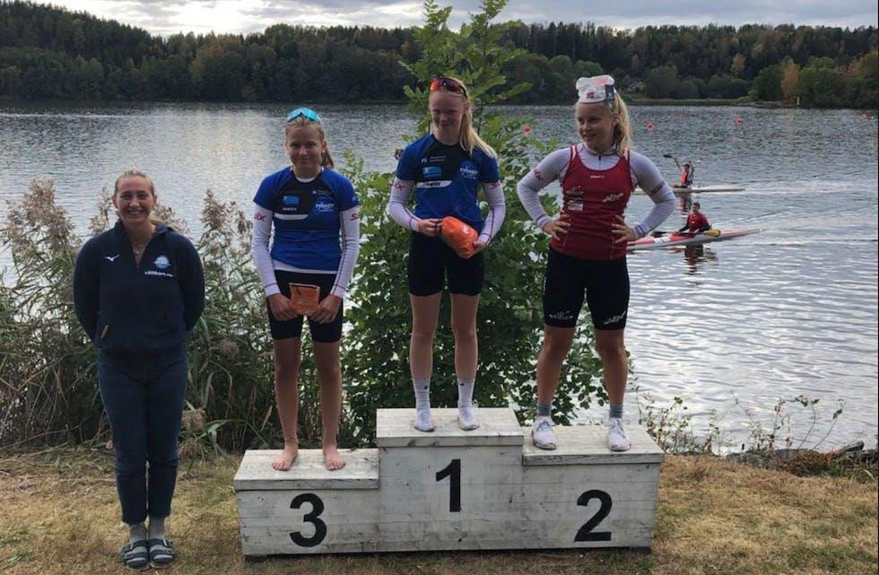Bildet av pallen på K1 2500m U16 damer: f.v Elisabeth Storhaug Tysvær kano- og kajakklubb,  Stine Egge Tysvær kano- og kajakklubb, Linde Rasch-Olsen Bærum KK.