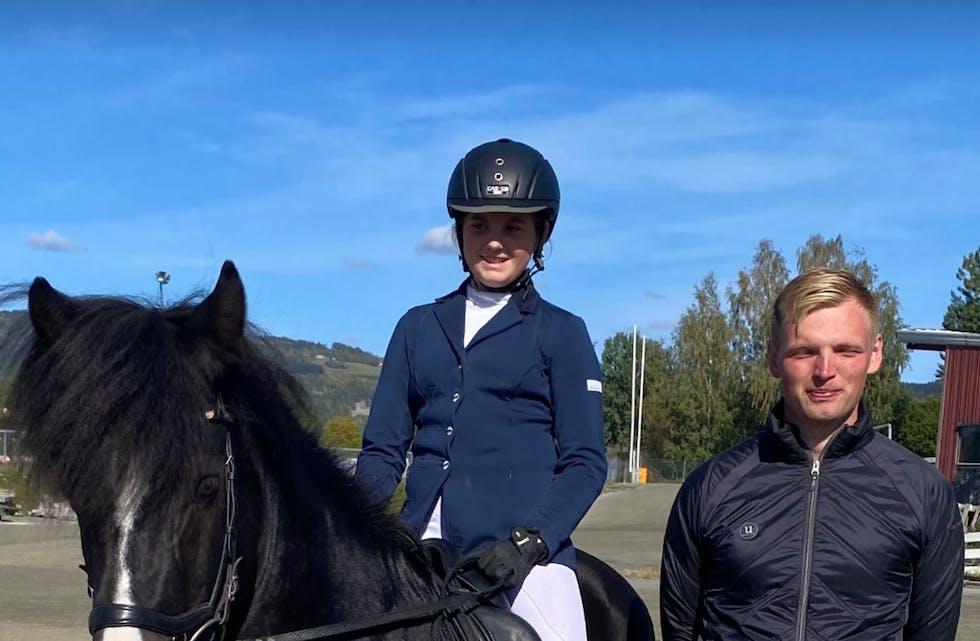 Elisabet med hesten Hörður fra Kolneset og trener Steina Claussen Kolnes