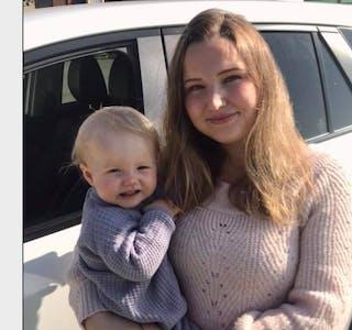 Hanne Hogstad og dotter Ylva har nå begge hamna i statistikken over personar som har eller har hatt korona.  Foto: privat