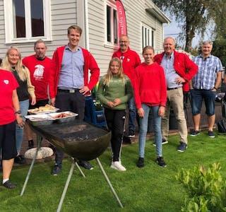Fagkveld, grill og litt kos må til i en valgkamp. Aud Irene Eikemo inviterte til treff i hagen på Stegaberg. Foto: Maren Økland