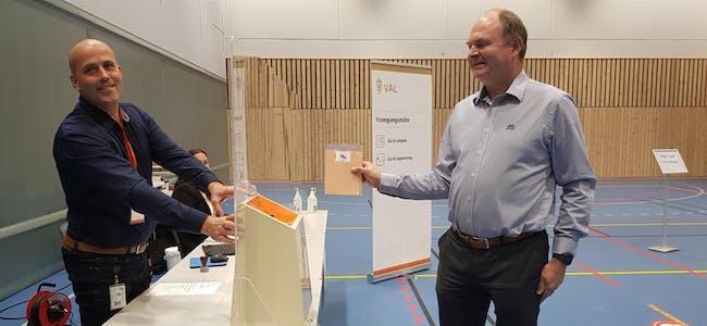 Valfunksjonær Stein Magnar Askeland-Gjerde tar i mot stemma til ordførar Osmund Våga. Foto:  Jardar Havikbotn