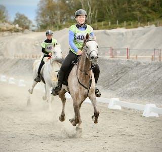 Gull og sølv i junior NM: Julia Amélie Bersaas Mølstre red på hesten Kashmir mens Veslemøy Håland satt på AR Sheikh Pacha. Foto: Alf-Einar Kvalavåg