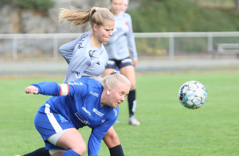 Tøffe tak mellom Viking-spiller Mathilde Amdal Fiskaaen og Falkeid-kaptein Ine Hjelmervik. Foto: Alf-Einar Kvalavåg