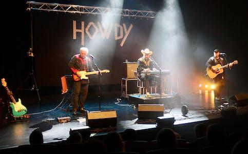 Howdy består av Knut Edvind og Per Steinar Norbotten, og ringreven Oddvar Helgeland. Foto: Alf-Einar Kvalavåg